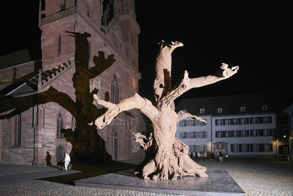 Der monumentale «Iron Tree» des chinesischen Künstlers Ai Weiwei vor dem Basler Münster.